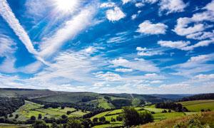 晴空下的田园风光高清摄影图片