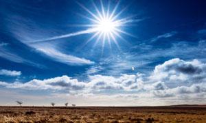 草原上晴空万里美景摄影图片