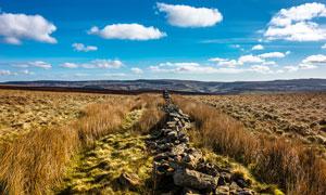 草原上的石墙高清摄影图片