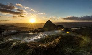 夕阳想山顶美丽的石头摄影图片