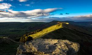 黄昏下的山顶美丽景观摄影图片