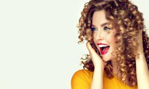 嘴張著的卷發美女模特攝影高清圖片