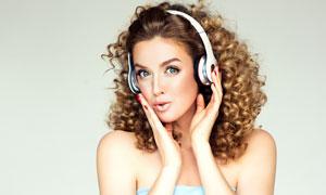 戴耳機的抹胸裝扮美女攝影高清圖片