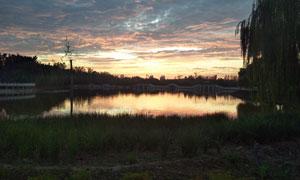 黄昏下的园林湖泊美景摄影图片