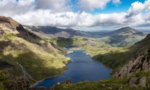 山顶俯瞰山脚下美丽的湖泊摄影图片