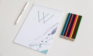 手绘图本与多彩的铅笔样机模板素材