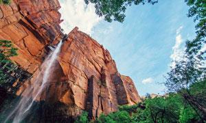 蓝天下的悬崖和瀑布摄影图片