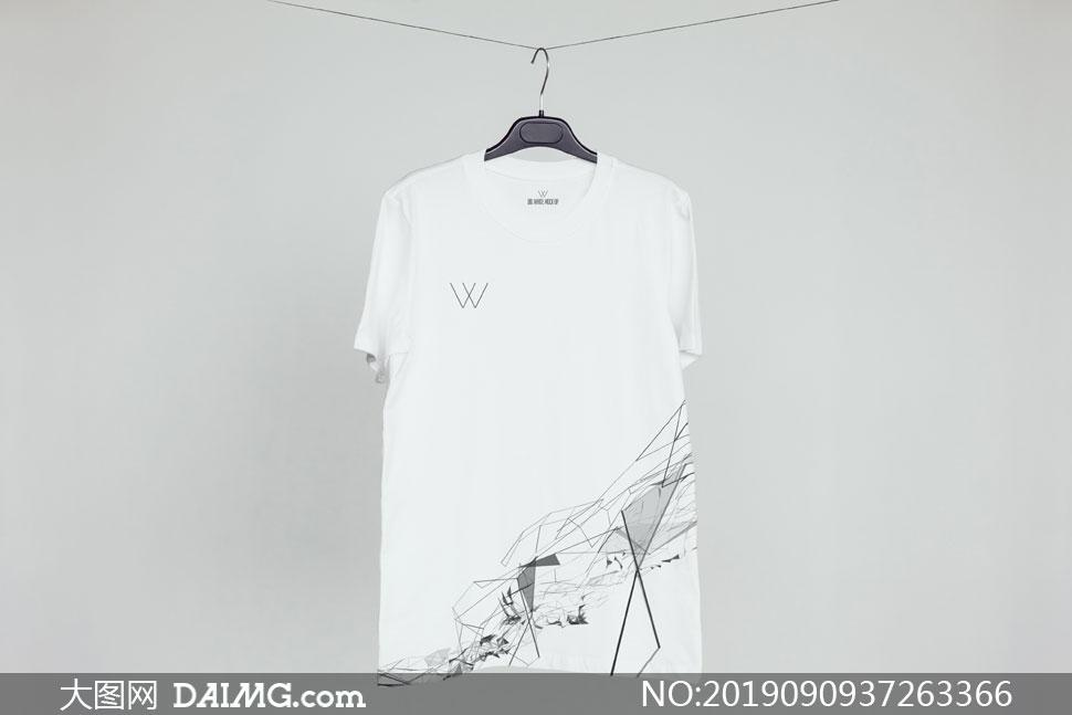 衣架上的短袖恤衫图案样机模板素材