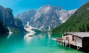 大山之中美丽的湖泊和木屋摄影图片