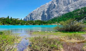 大山脚下的美丽湖泊高清摄影图片