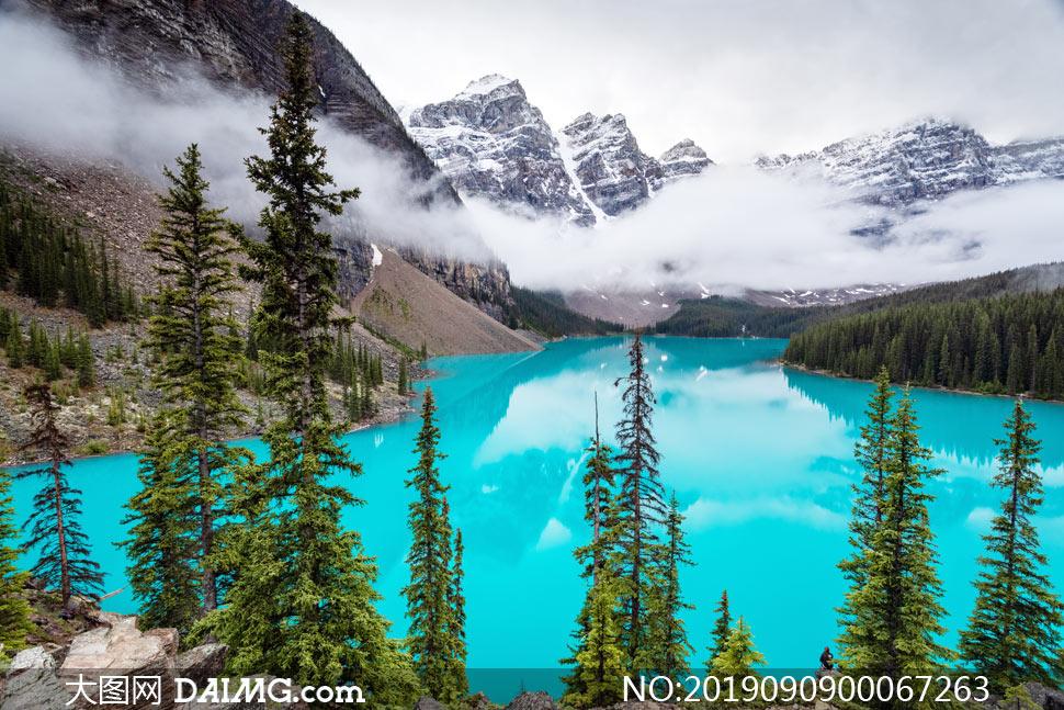 大山之中的蓝色湖泊美景摄影图片