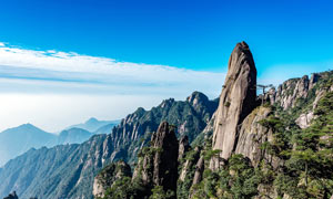 蓝天下的山顶大石头摄影图片