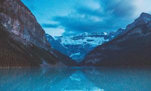 星空下的山水湖畔摄影图片
