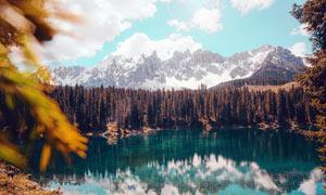 山中宁静的湖泊美景摄影图片