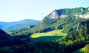 蓝天下的大山和森林摄影图片