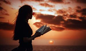 夕陽下的美女側邊剪影效果攝影圖片