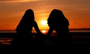 夕阳下的美女剪影高清摄影图片