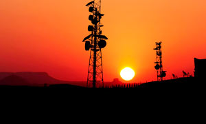 夕阳下的信号塔剪影高清摄影图片