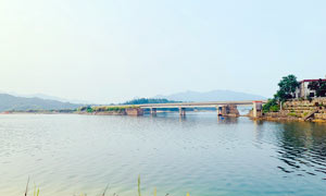 湖泊上的石桥景观摄影图片