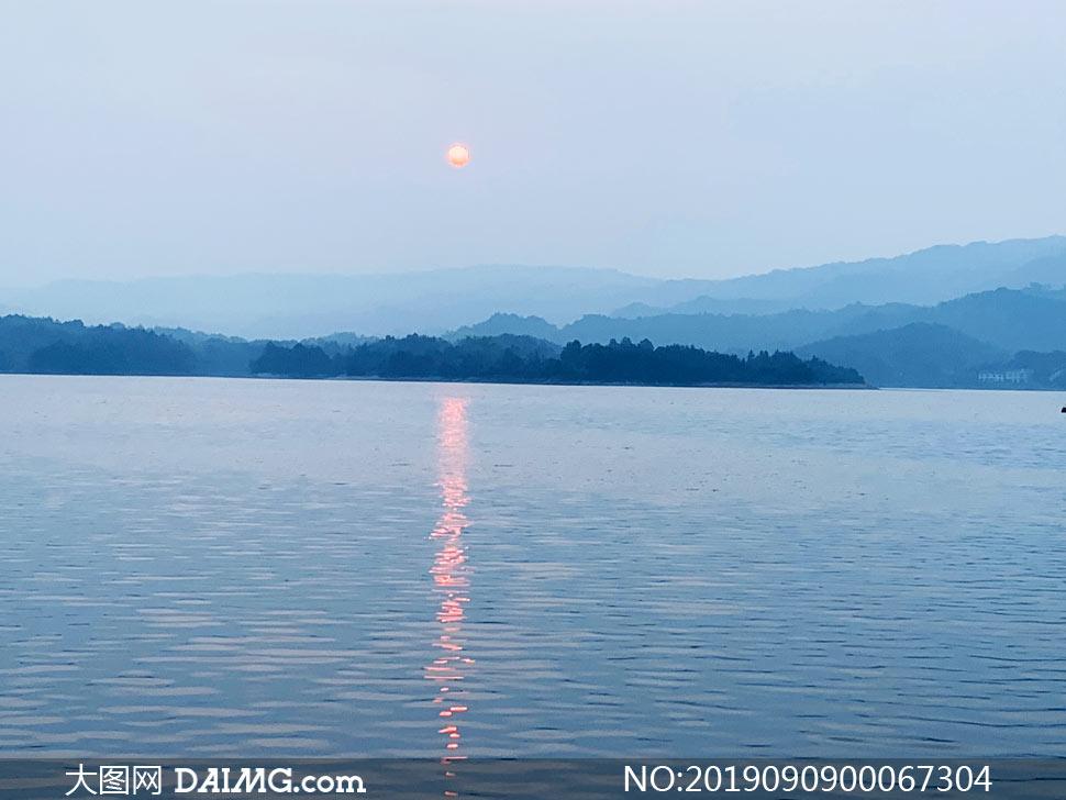 夕阳下的湖泊美景摄影图片