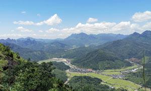 大山之中的城镇俯视图摄影图片