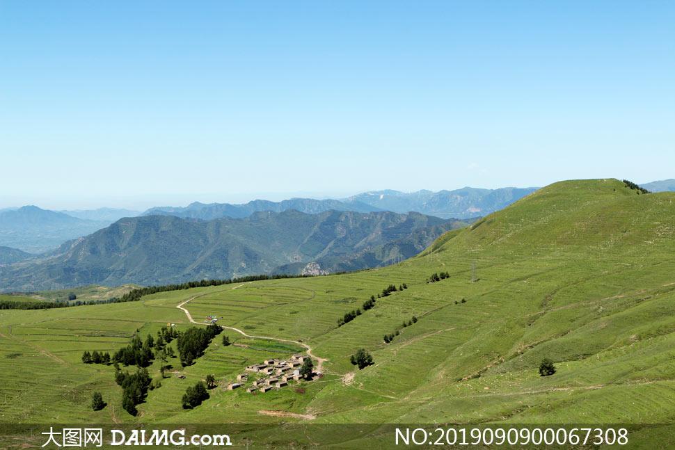 山腰上的村落高清摄影图片