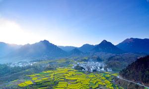 大山腳下的農田和村莊攝影圖片