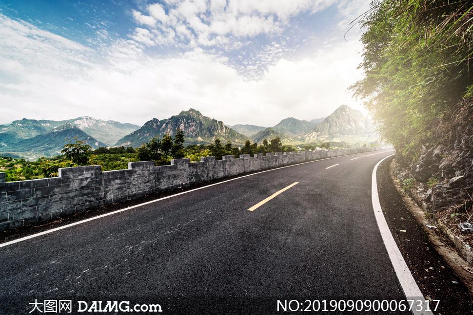 山中弯曲的道路美景摄影图片