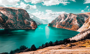 大山之中绿色湖泊美景摄影图片