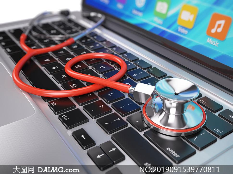 笔记本电脑键盘上的听诊器高清图片