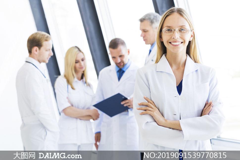 绽放笑容的医务工作者摄影高清图片