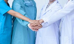 在术前加油鼓劲的医生护士高清图片