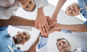 手搭在一起的医疗团队人物摄影图片