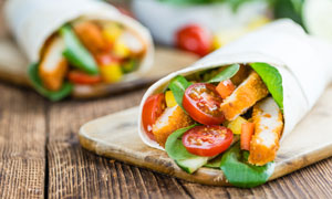 番茄搭配的爽脆鸡排卷摄影高清图片