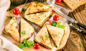 桌上的吐司面包與刀叉攝影高清圖片