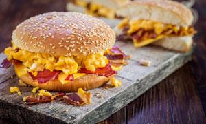 新鮮出爐的漢堡包特寫攝影高清圖片