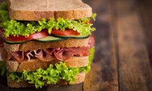 层层叠叠的火腿汉堡包摄影高清图片