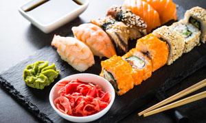 多种口味的寿司与蘸料摄影高清图片
