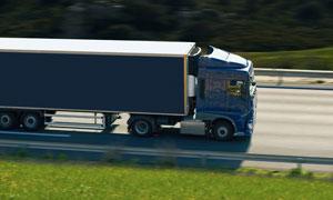駛在高速公路上的集卡攝影高清圖片