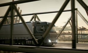 桥面上通过的重型卡车摄影高清图片
