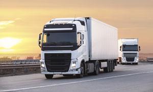 高速公路上的两辆货车摄影高清图片