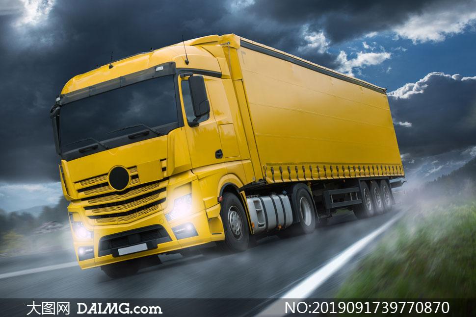 野外公路上的货运卡车摄影高清图片