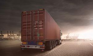 停車位上的集裝箱貨車攝影高清圖片