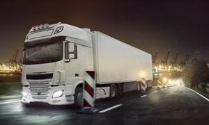 夜晚风光货运物流卡车摄影高清图片