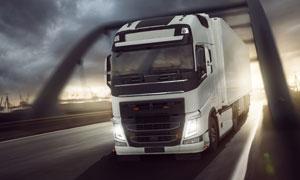 正通过桥梁的物流运输卡车高清图片