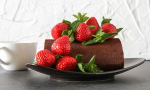 杯子与盘子里的大草莓摄影高清图片