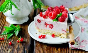 切开的覆盆子蛋糕特写摄影高清图片