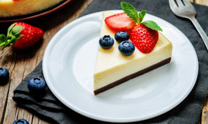 盘子里的草莓蓝莓蛋糕摄影高清图片