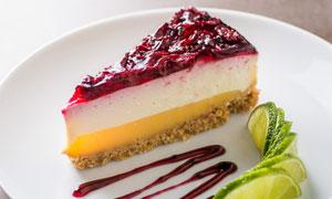 柠檬搭配的蔓越莓蛋糕摄影高清图片