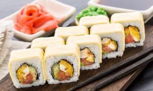 蘸料与码放整齐的寿司摄影高清图片